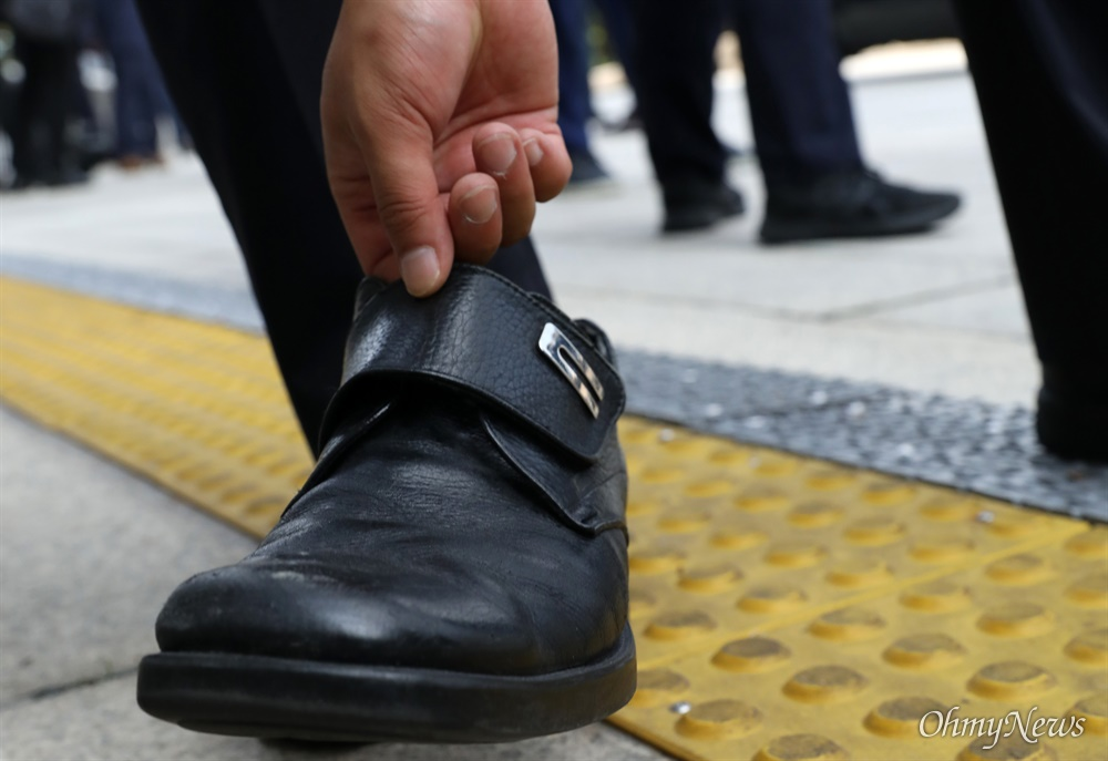 문재인 대통령이 21대 국회 개원식이 열린 16일 오후 서울 여의도 국회에서 개원 연설을 나서자 한 남성이 신발을 집어던진 후 돌발 발언을 하고 있다. 사진은 남성이 던진 신발. 2020.7.16