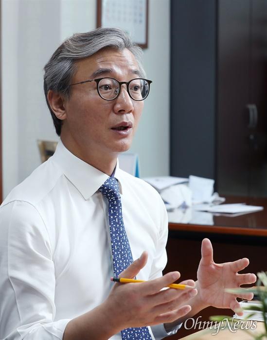 더불어민주당 부산시당위원장인 전재수 의원이 내년 4월로 예정된 서울·부산시장 재보궐선거에 민주당은 후보를 내지 말아야 한다고 주장했다.