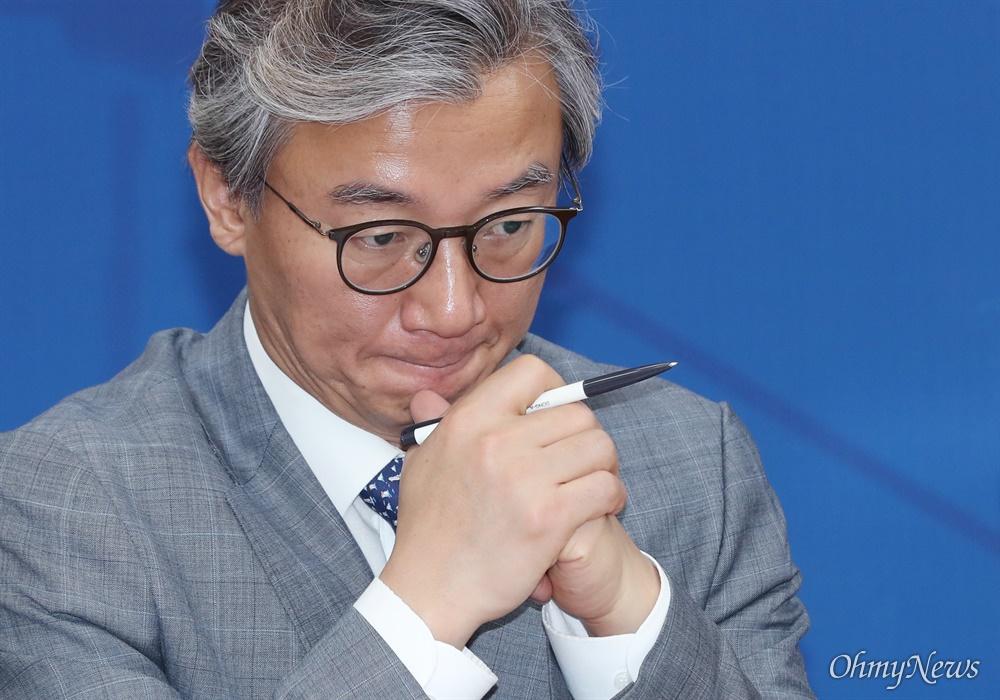 전재수 더불어민주당 의원(부산 북·강서갑)이 16일 오전 서울 여의도 국회에서 열린 정책조정회의에서 생각에 잠겨 있다.