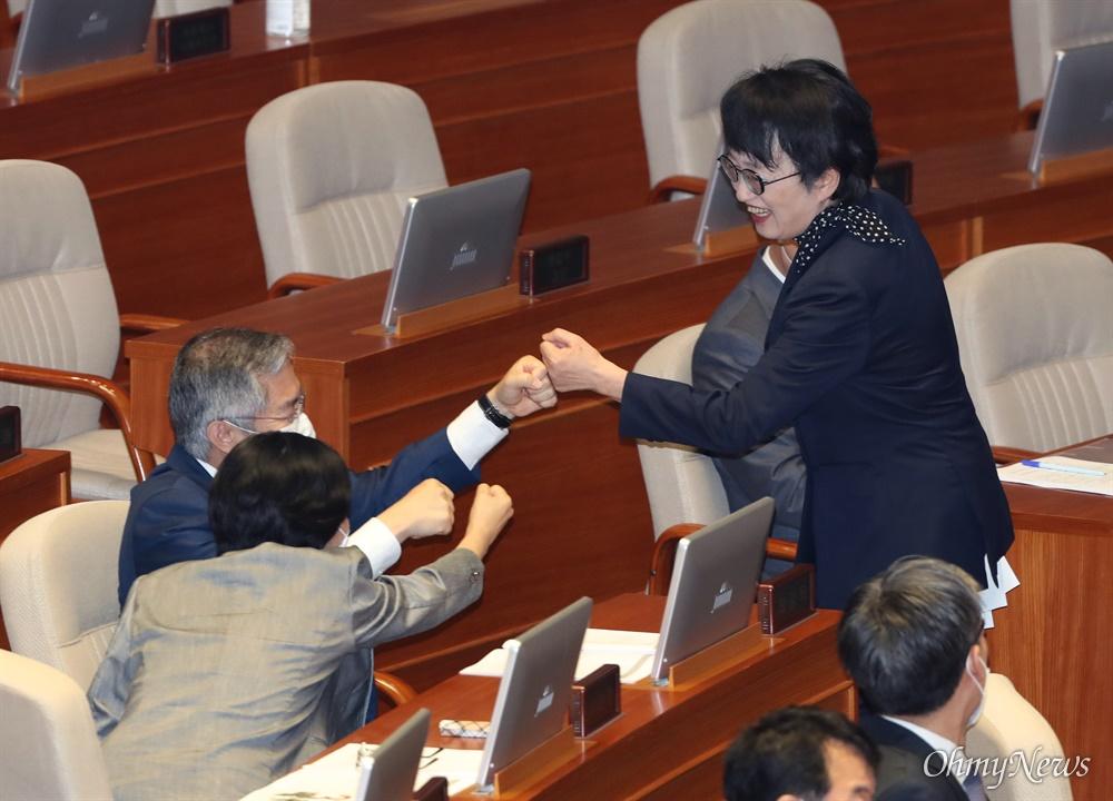'주먹인사' 하는 김진애-최강욱 김진애 열린민주당 의원이 4일 오후 국회 본회의에서 토론을 마친 후 최강욱 의원과 주먹인사를 하고 있다.