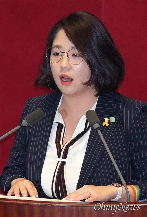 토론 나선 용혜인 의원 용혜인 기본소득당 의원이 4일 오후 국회 본회의에서 토론에 나서고 있다.