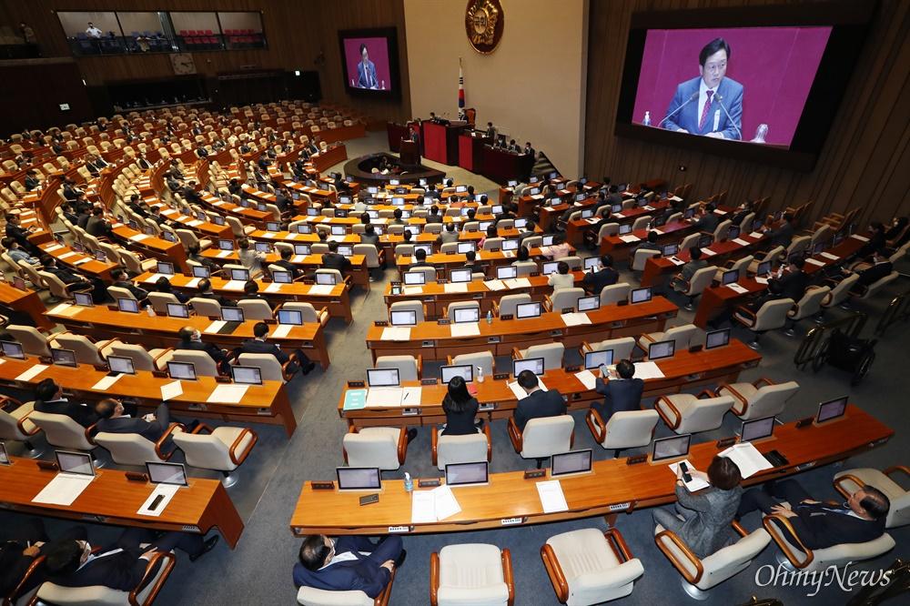 반대 토론에 나선 미래통합당...표결은 불참 김선교 미래통합당 의원이 4일 오후 국회 본회의에서 반대 토론을 하고 있다. 미래통합당은 이날 회의에 참석했으나 표결에는 참여하지 않았다.