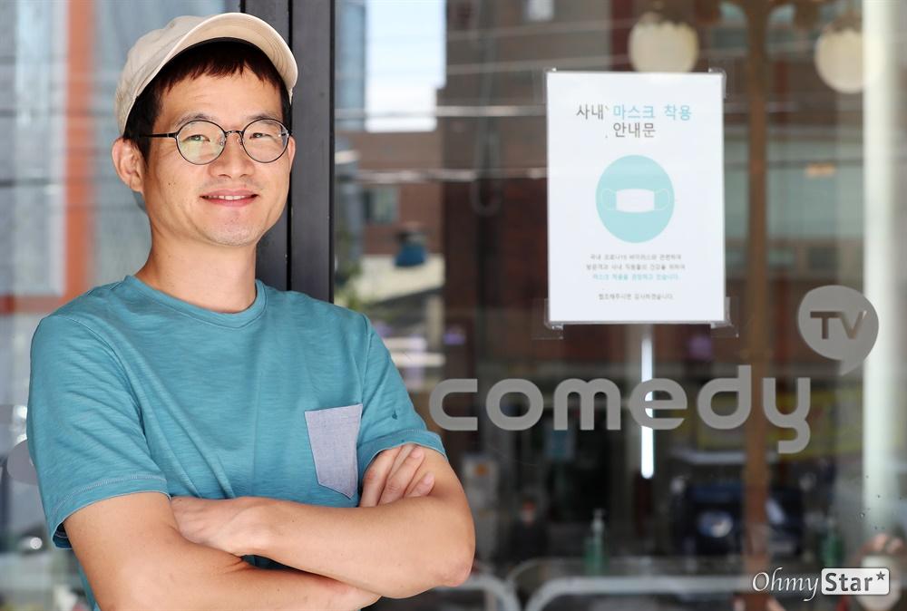 코미디TV <맛있는 녀석들> 이영식 PD 코미디TV <맛있는 녀석들>의 이영식 PD가 8일 오후 서울 강서구 코미디TV 사무실에서 인터뷰를 하며 포즈를 취하고 있다.