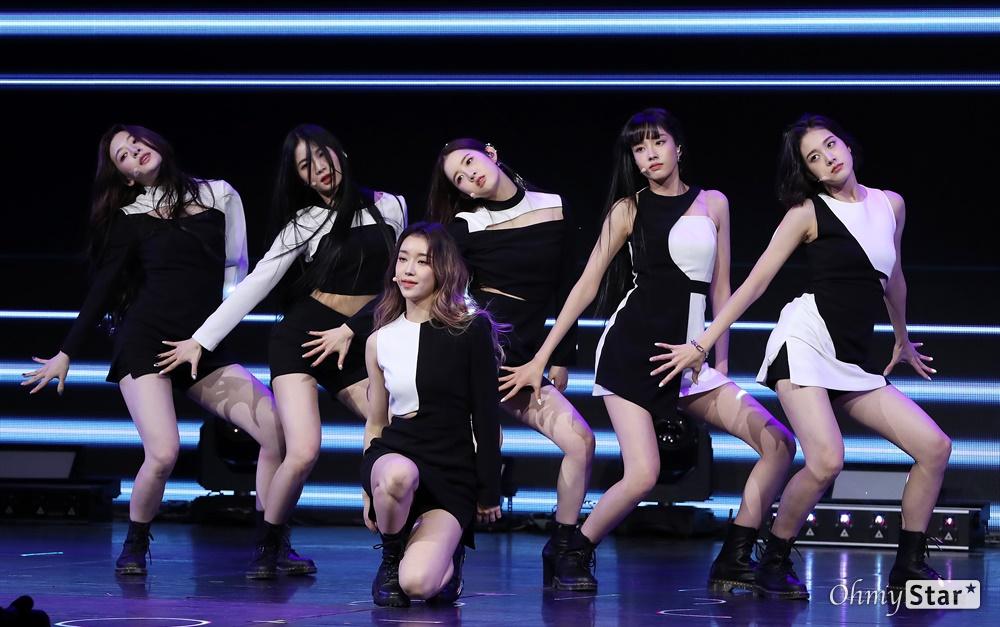 '스테이씨' 선한 영향력으로! 그룹 STAYC(스테이씨. 수민, 시은, 아이사, 세은, 윤, 재이)가 12일 오후 서울 광진구의 한 공연장에서 열린 데뷔 싱글 < Star To A Young Culture(스타 투 어 영 컬쳐) > 발매 기념 쇼케이스에서 타이틀곡 'SO BAD(소 배드)'와 수록곡 'LIKE THIS(라이크 디스)'를 선보이고 있다. STAYC(스테이씨)는 프로듀싱팀 블랙아이드필승이 처음으로 자체 제작 및 프로듀싱을 맡은 걸그룹으로, '젊은 문화를 이끄는 스타가 되겠다(Star To A Young Culture)'는 포부를 담고 있다.