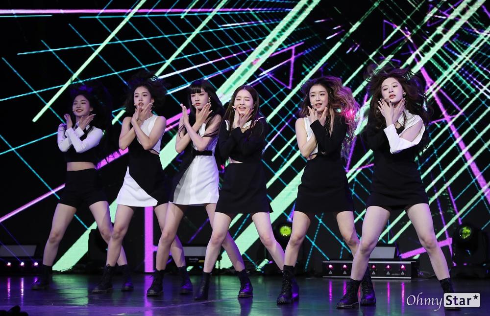 '스테이씨' 당당한 틴프레시! 그룹 STAYC(스테이씨. 수민, 시은, 아이사, 세은, 윤, 재이)가 12일 오후 서울 광진구의 한 공연장에서 열린 데뷔 싱글 < Star To A Young Culture(스타 투 어 영 컬쳐) > 발매 기념 쇼케이스에서 타이틀곡 'SO BAD(소 배드)'와 수록곡 'LIKE THIS(라이크 디스)'를 선보이고 있다. STAYC(스테이씨)는 프로듀싱팀 블랙아이드필승이 처음으로 자체 제작 및 프로듀싱을 맡은 걸그룹으로, '젊은 문화를 이끄는 스타가 되겠다(Star To A Young Culture)'는 포부를 담고 있다.