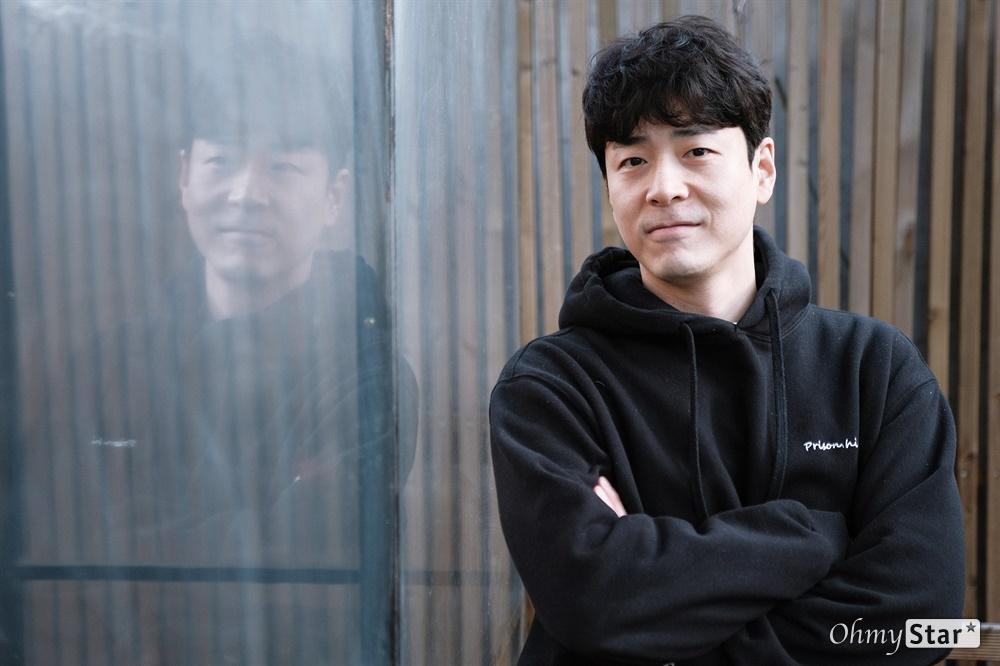 배우 홍우진, 오만과 편견을 벗고 연극 <오만과 편견>에 출연 중인 배우 홍우진을 지난 10월 22일, 서울 대학로의 한 카페에서 만났다. 그는 이 작품을 만나 자신이 갖고 있던 오만과 편견을 한꺼풀 더 벗겨낼 수 있었다고 한다.