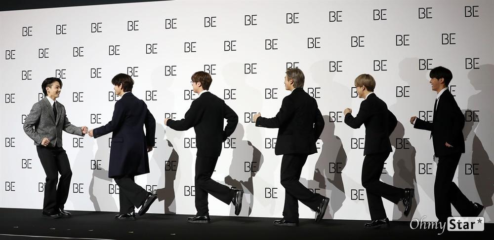 """'방탄소년단' BTS집에 왜 왔니? 왜 왔니? 방탄소년단(BTS. 뷔, 슈가, 진, 정국, RM, 지민, 제이홉)이 20일 오전 서울 중구의 한 행사장에서 열린 새 앨범 'BE (Deluxe Edition)' 글로벌 기자간담회에서 입장하고 있다. 슈가는 어깨 수술로 인해 신곡 활동에 불참한다. 'BE'는 방탄소년단이 지금까지 선보인 정규 시리즈 앨범과는 다른 새로운 이야기를 담은 앨범으로, """"지금 이 순간에 느끼는 솔직한 감정과 생각, 나아가 앞으로 계속 살아가야 하는 '우리'라는 존재에 관한 이야기""""를 전하고 있다."""