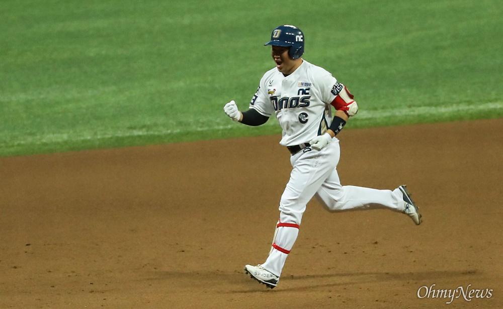 23일 오후 서울 고척 스카이돔에서 열리는 2020시즌 KBO리그 한국시리즈 5차전에서 NC 다이노스 주장 양의지 선수가 홈런을 치고 베이스를 돌고 있다.