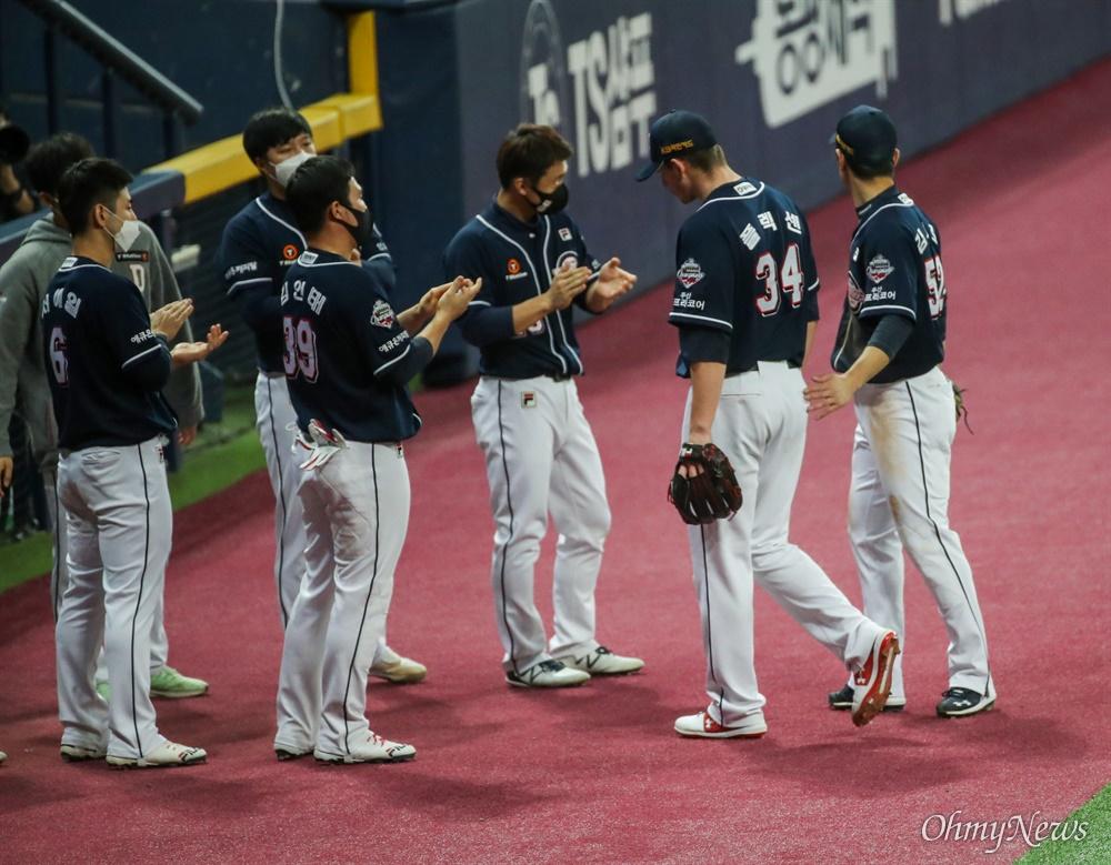 23일 오후 서울 고척 스카이돔에서 열리는 2020시즌 KBO리그 한국시리즈 5차전에서 두산 베어스 선발투수 플렉센(오른쪽 두번째)이 홈런을 맞고 교체되고 있다.