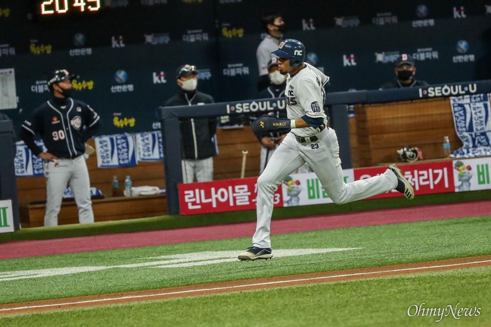 24일 오후 서울 고척스카이돔에서 열리는 2020시즌 KBO리그 한국시리즈 6차전에서 NC 다이노스가 공격하고 있다.