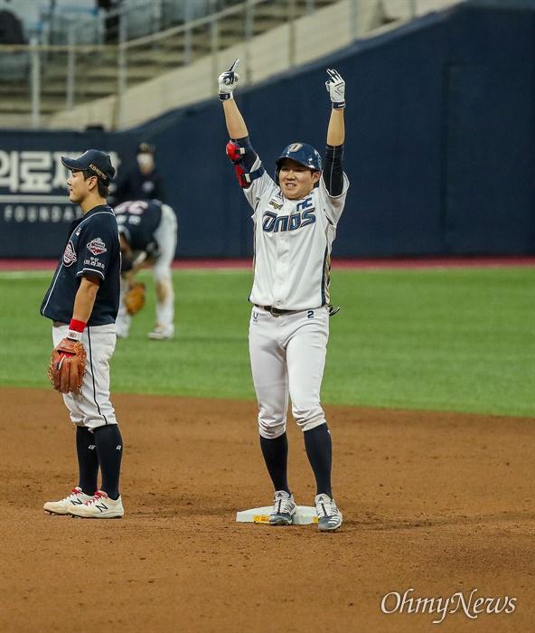 24일 오후 서울 고척스카이돔에서 열리는 2020시즌 KBO리그 한국시리즈 6차전에서 NC 다이노스 타자 박민 선수가 2 타점을 올리고 기뻐하고 있다.