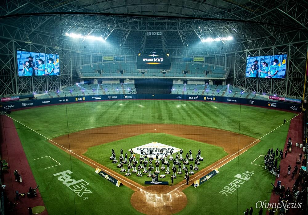 24일 오후 서울 고척스카이돔에서 2020시즌 KBO리그 한국시리즈에서 창원 NC 다이노스가 우승을 결정 짓고 우승 세레모니를 하고 있다. NC 다이노스는 2020시즌 통합 우승을 차지 했고 2011년 창단 후 첫 한국시리즈 우승을 거뒀다.