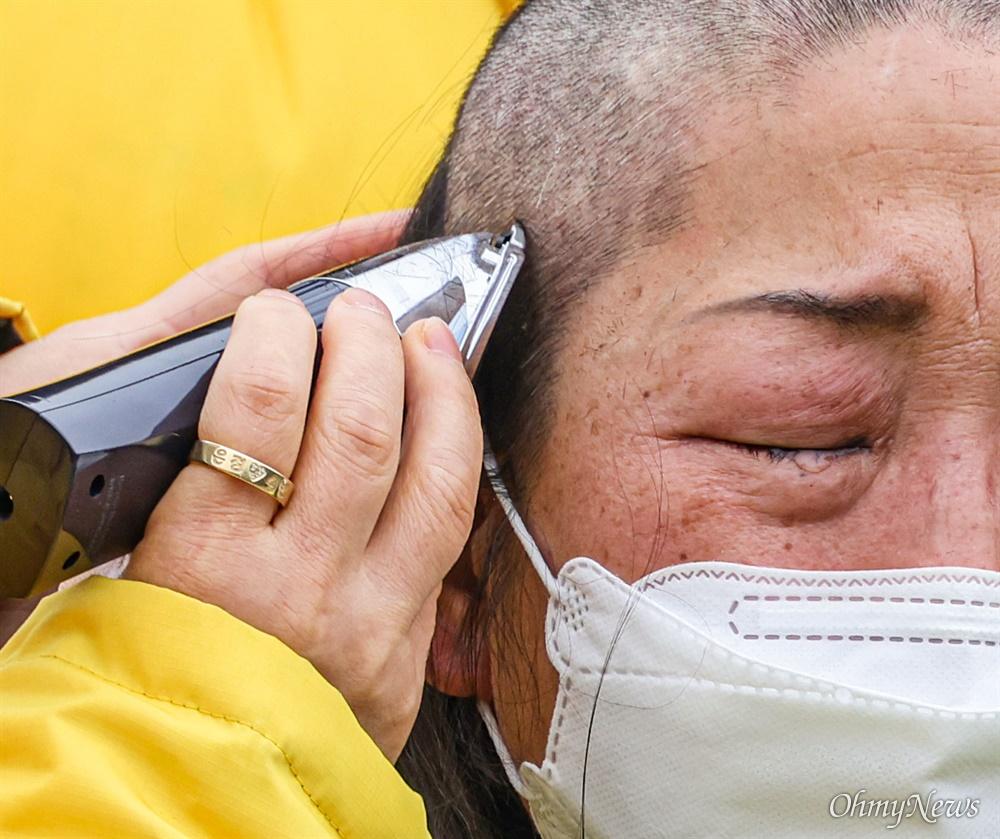 416연대 세월호 유가족 고 신호성 학생의 어머니 정부자씨가 이 22일 오후 서울 종로구 청와대 앞 분수대에서 삭발을 하며 눈물을 흘리고 있다.