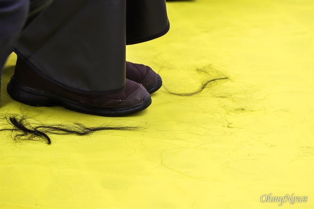 416연대 세월호 유가족들이 22일 오후 서울 종로구 청와대 앞 분수대에서 검찰 세월호 특별수사단의 수사결과를 규탄하고 문재인 대통령의 입장표명을 촉구하며 삭발을 하고 있다.