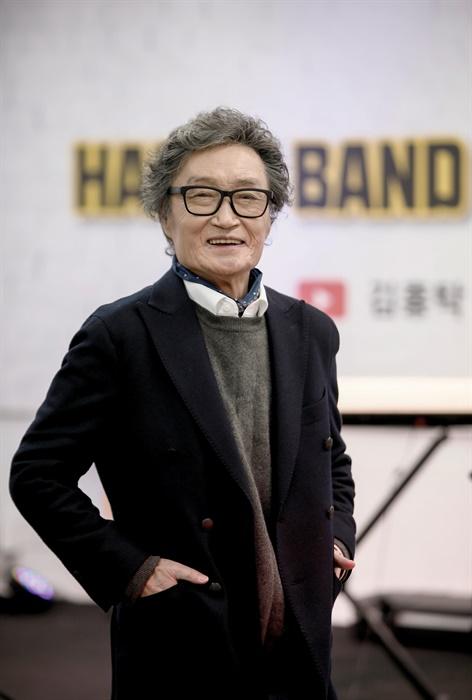 """""""내 고향 인천에서 큰 공연을 한 번 하고 싶어요."""" 양평 스튜디오에서 활짝 웃고있는 김홍탁 씨"""