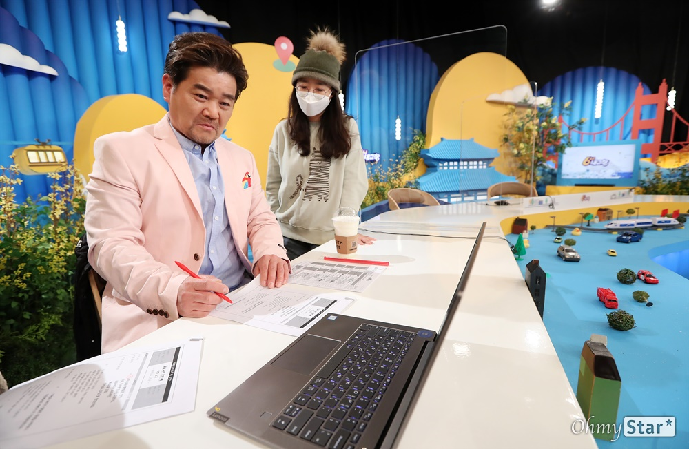 '6시 내 고향' 임대호 배우 방송 30주년을 맞은 KBS1 교양프로그램 <6시 내 고향>. 17일 오후 생방송을 하기에 앞서 임대호 배우와 제작진들이 원고를 읽으며 방송 준비를 하고 있다.