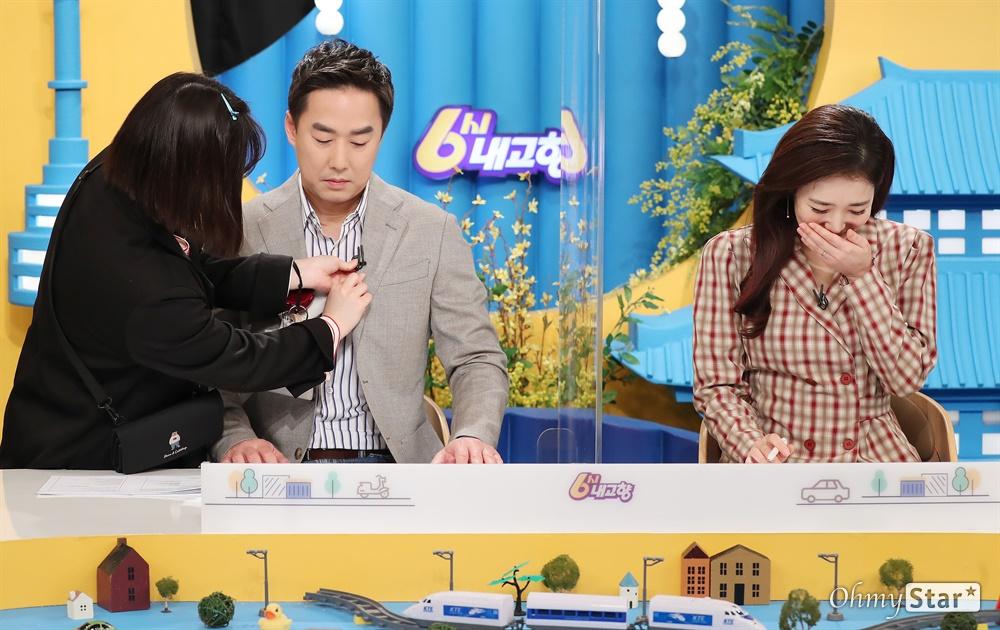 '6시 내 고향' 윤인구-가애란 아나운서 방송 30주년을 맞은 KBS1 교양프로그램 <6시 내 고향>. 17일 오후 생방송을 하기에 앞서 진행자인 윤인구와 가애란 아나운서가 방송준비를 하고 있다.