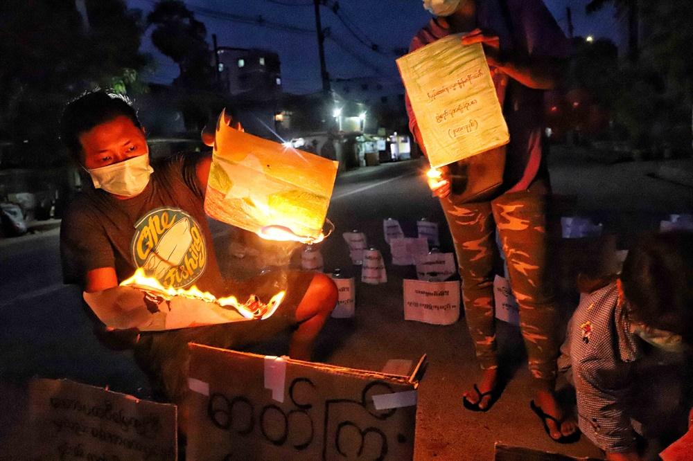 군부 쿠데타에 저항하고 있는 미얀마인들이 4월 2일 양곤에서 시위를 벌이고 있다.