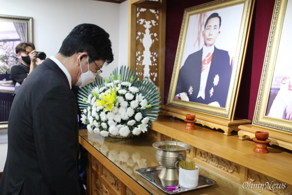유승민 국민의힘 대선경선 후보가 19일 낮 박정희 전 대통령 생가에 어렵게 도착해 추모하고 있다.