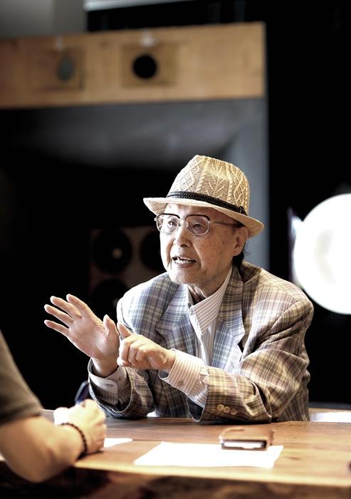 '그리운 금강산'의 작곡가 최영섭이 전 생애에 걸쳐 작곡한 수기 악보 등을 고향 인천에 기증하기로 했다. 최영섭 작곡가가 송도국제도시 광원아트홀에서 인터뷰를 하고 있다.