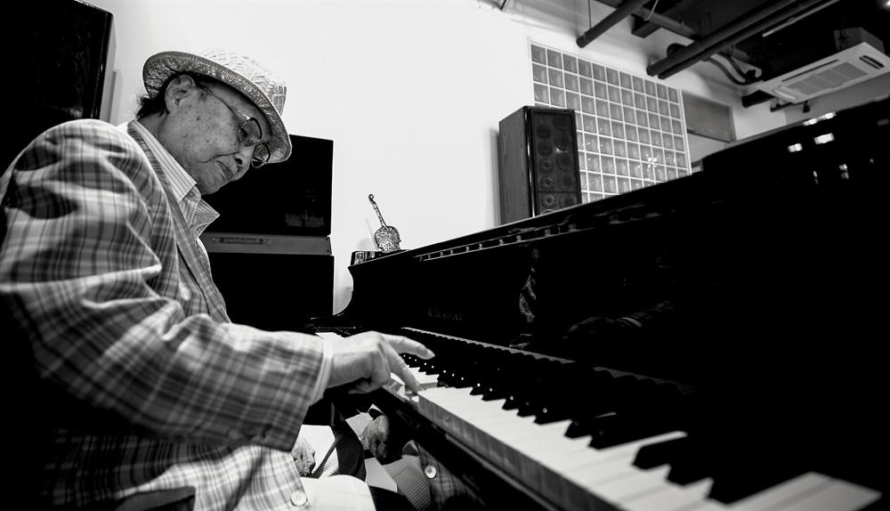 최영섭은 지금도 매일 피아노 앞에 앉아 곡을 만든다. 92세의 작곡가 최영섭이 연주를 하고 있다.