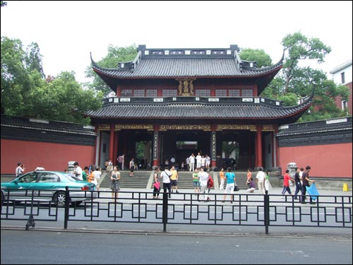 중국 민족의 영웅으로 추앙받는 악비를 모신 악비묘.