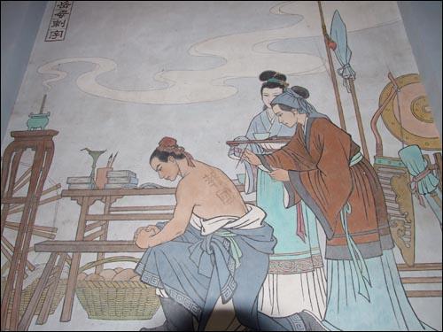 악비의 노모가 등에 '정충보국'이라는 네 글자를 새기고 있는 벽화