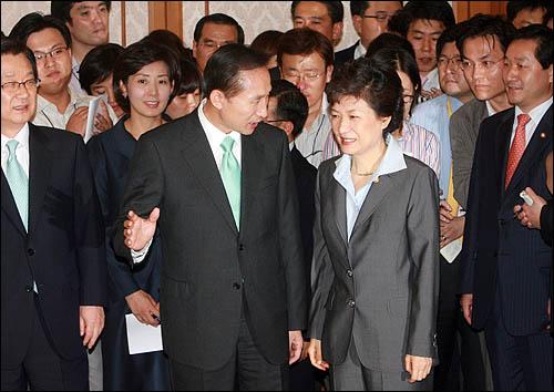 이명박 한나라당 대선후보와 박근혜 의원이 7일 당내 경선이 끝난 후 처음으로 국회 귀빈식당에서 만났다.