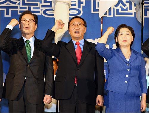 9일 오후 서울 올림픽공원 역도경기장에서 열린 민주노동당 대선후보 선출대회에서 권영길, 노회찬, 심상정 후보가 노래를 부르고 있다.