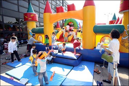 9일 오후 민주노동당 대선후보 선출대회가 열리는 서울 올림픽공원 역도경기장앞에 참석한 당원들의 자녀들을 위한 놀이기구가 설치되어 있다.