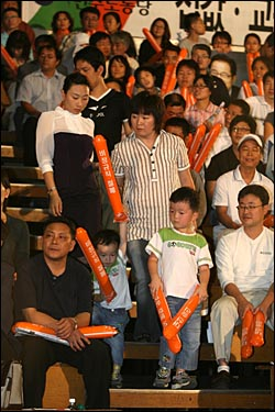 9일 오후 민주노동당 대선후보 선출대회가 열리는 서울 올림픽공원 역도경기장에 당원들이 자녀들과 함께 참석하고 있다.