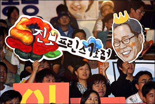 9일 오후 서울 올림픽공원 역도경기장에서 열린 민주노동당 대선후보 선출대회에서 권영길 후보 지지자들이 홍보물을 들고 있다.