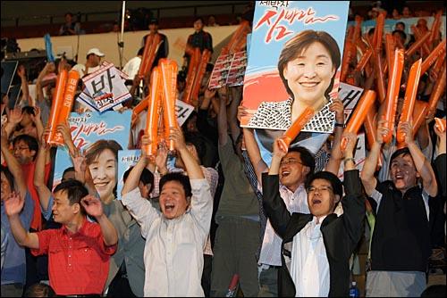 환호하는 심상정 지지자들 9일 오후 서울 올림픽공원 역도경기장에서 열린 민주노동당 대선후보 선출대회에서 권영길 후보와 함께 결선진출에 성공한 심상정 후보 지지자들이 환호하고 있다.