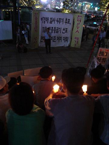 대회에 참가한 시민들이 촛불을 밝혔다.