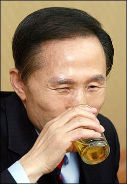 이명박 후보가 주요 중앙일간지 편집국장 10명 가량과 저녁식사를 하는 도중 '여성'에 관한 부적절한 비유를 한 것으로 알려졌다. / 자료사진