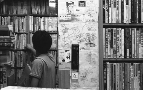 책시렁 한켠 <숨어있는 책>은 1층과 지하, 두 곳으로 나뉘어 있습니다. 갈래에 따라 알뜰히 나누어 놓은 책시렁을 찬찬히 둘러보면서 마음밭을 살찌울 수 있으면 좋겠습니다.