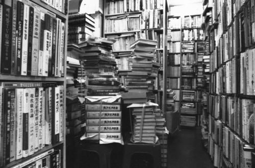책탑 쌓이다가도 허물어지다가도 사라지다가도 다시 쌓이게 되는 책탑. 우리 손길과 눈길을 기다리고 있습니다.