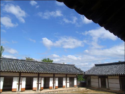 조화 은농재와 청명한 가을하늘이 조화를 이루고 있다.