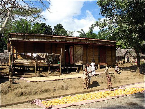 마나카라 가는 길, 옥수수를 팔고 있는 아이들