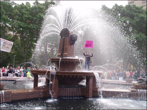 분수대에서 '전쟁중지'를 외치는 여성.