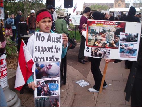 호주가 미국의 중동침략을 지원하는 걸 반대하는 시드니 시위 장면.