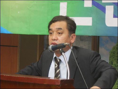"""""""기본에 충실하는 것이 가장 중요"""" 문정우 <시사IN> 편집국장이 19일 지역 언론학교에서 열띤 강의를 하고 있다."""