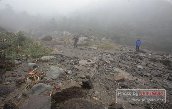 33년간 제자리를 지켜왔던 용진각 대피소가 흔적도 없어 사라진 모습. 믿기 어려울 정도로 깜쪽같이 사라졌다.ⓒ 한라산국립공원관리사무소 제공