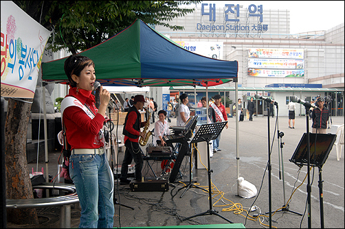 추석명절을 이틀 앞둔 9월 23일 대전역 광장, 대전부르스 노래비 앞에서는 가수 박승란이 귀성객들을 위해 애잔하게 대전부르스를 부르고 있었다.