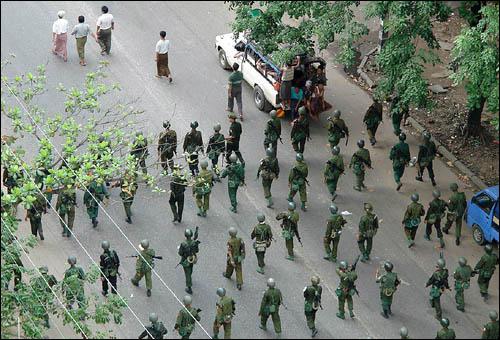 26일, 미얀마 양곤에서 무장한 경찰과 군인들이 반정부시위대를 진압하기 위해 곤봉과 최루가스등을 사용하고 있다.