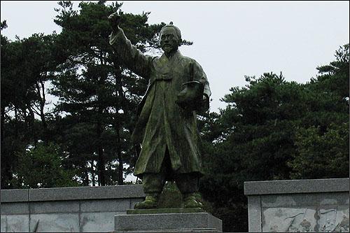구 기념관 지역에 서 있는 전봉준 동상.  1987년 김경승이란 사람이 제작했다.
