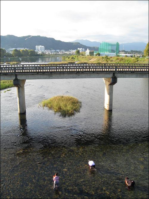 경북 점촌 영순교 아래의 풍경. 세 아낙이 맑은 영강에서 다슬기를 잡고 있다. 이명박 후보의 경부운하 공약에 따르면 이곳을 파헤치고 배를 띄워야 한다.