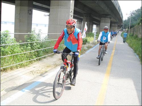 자전거 탐방 마지막날 한강변을 달리는 이재오 의원