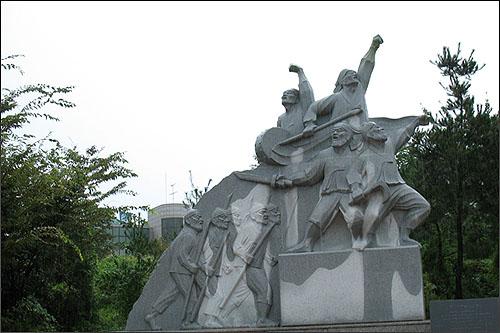 광장 우측에 자리한 '동학농민군 출진상'.