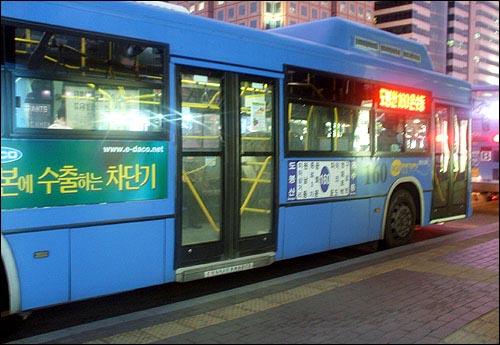 서울 160번 노선 저상버스 현재 서울특별시에는 400여대의 저상버스가 운행중이며, 전국적으로는 800여대의 저상버스가 운행되고 있다.  저상버스는 2억원 정도의 많은 구입비용이 드는데, 이 때문에 도입단계부터 어려움을 겪어 왔다.